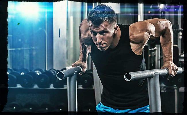 Отжимания на брусьях для тренировки грудных мышц