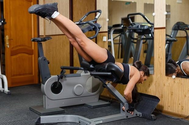 Подъемы ног в тренажере для гиперэкстензии