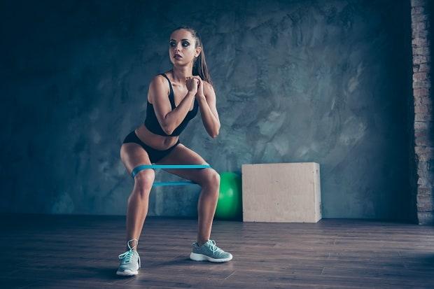 Приседания с фитнес-резинкой
