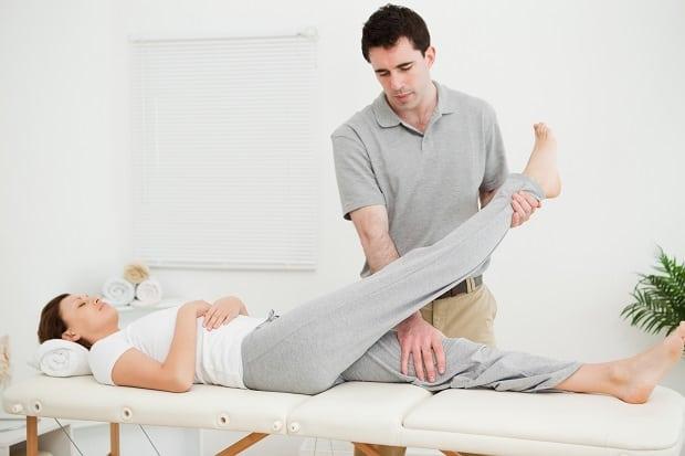 Подъем прямой ноги лежа
