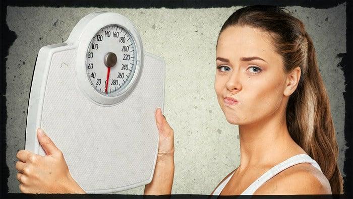 Девушка с весами после диеты