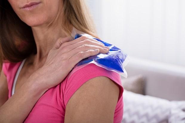 Холодный компресс на плечо