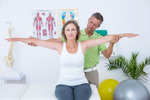 Первая медицинская помощь при вывихе плеча thumbnail