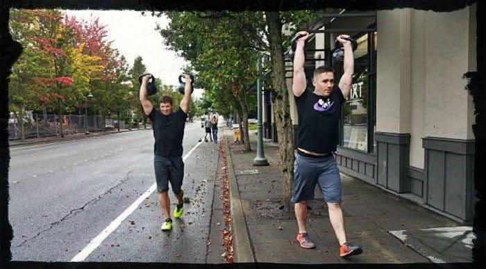 Мужчины ходят с гирями над головой