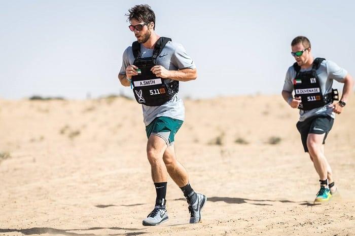 Атлеты бегут дистанцию по пустыне