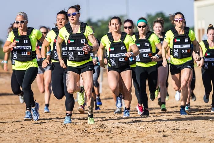 Атлеты бегут по пустыне на Dubai Fitness Championship 2017