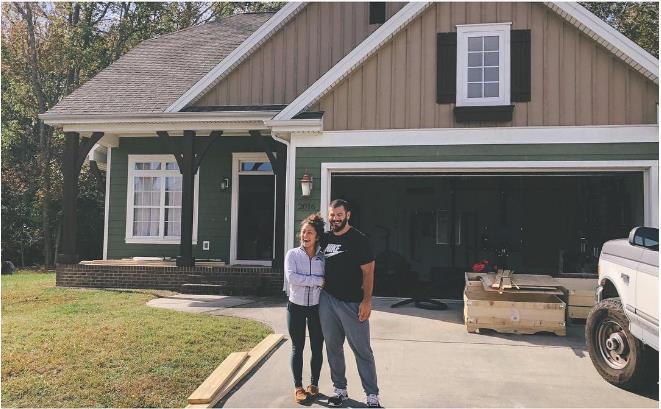 Мэт Фрейзер с женой перед своим домом