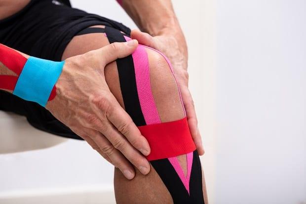 Наложение тейп ленты на колено