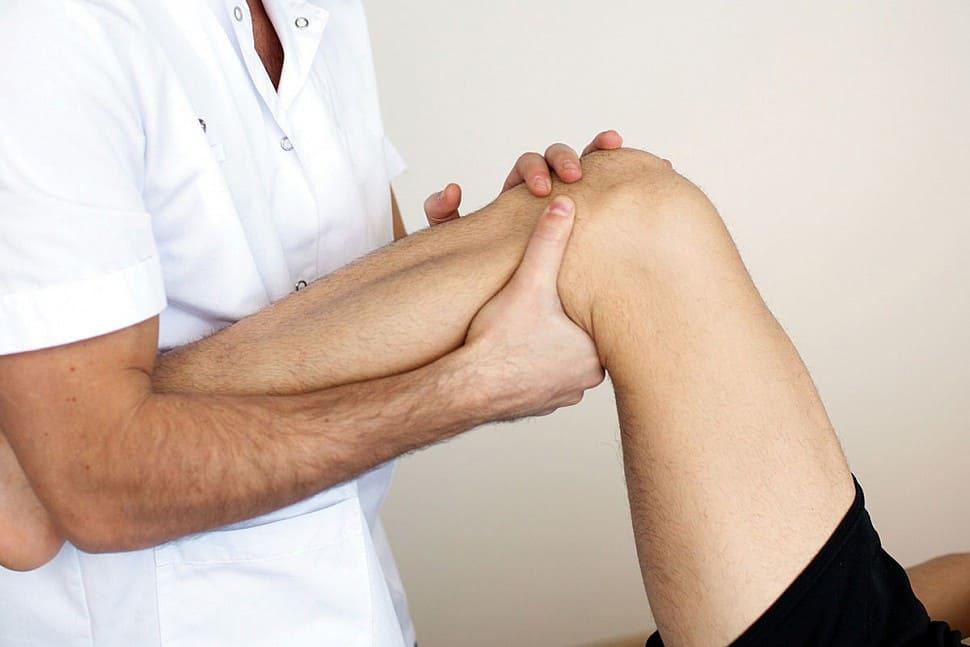 Первая помощь при травме колена