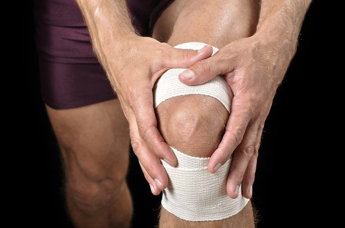Нужно ли менять протезированный коленный сустав хруст всуставах