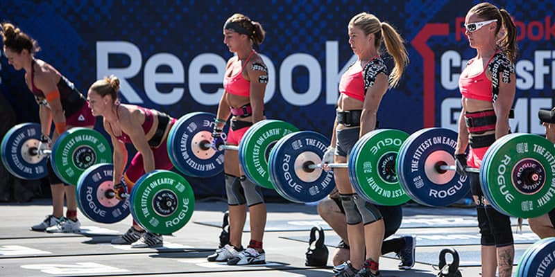 crossfit-women-deadlifting