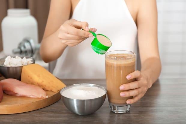 Замешивание протеина в шейкере
