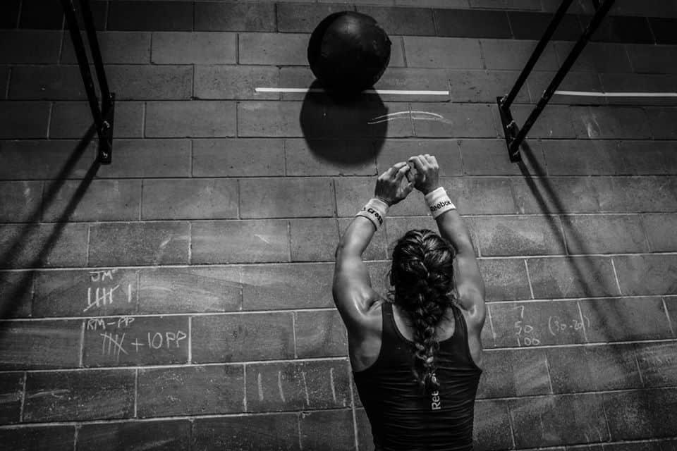 Тренировка с тяжелым гимнастическим мячом