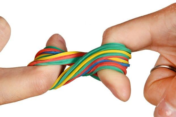 Скручивание резинок пальцами восьмеркой
