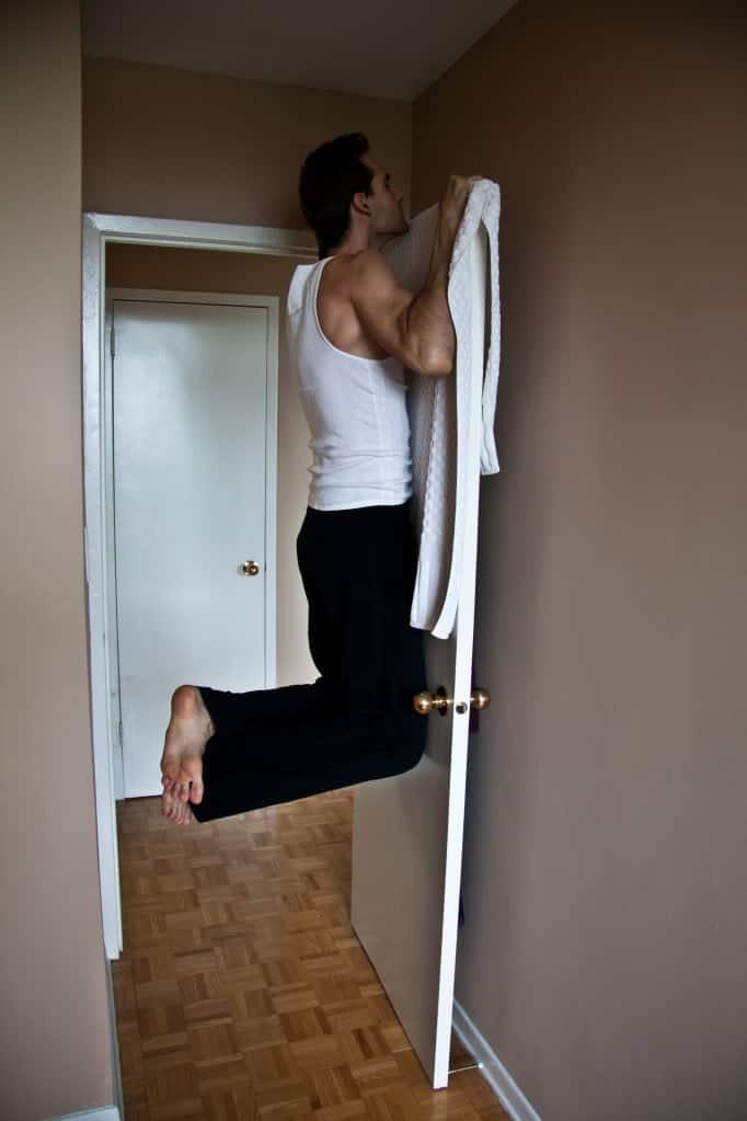 Подтягивание на двери хорошее упражнение для прокачки спины в домашних условиях