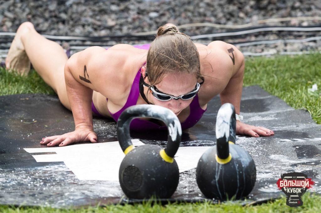 Девушка выполняет кроссфит комплекс