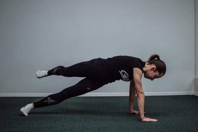 Динамическая планка с отведением ноги назад и в сторону
