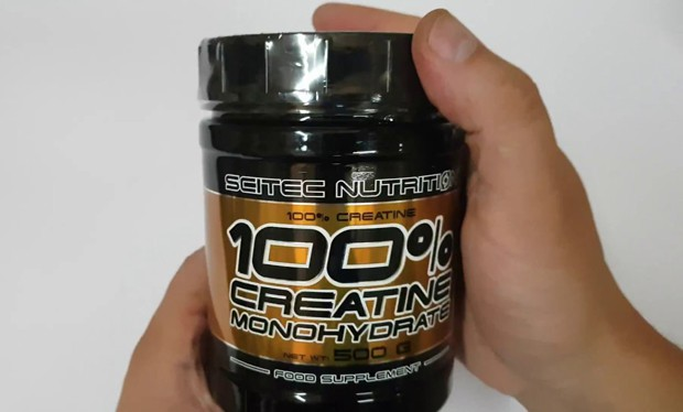 Scitec Nutrition Creatine Monohydrate 100% в руках