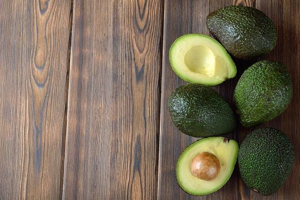 свежее авокадо с косточкой