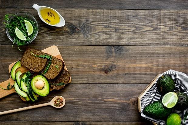 авокадо, кусочки ченрного хлеба, масло и специи