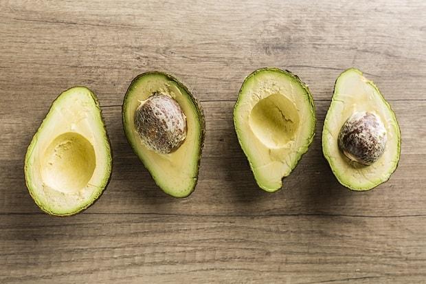 половинки свежего авокадо с косточками