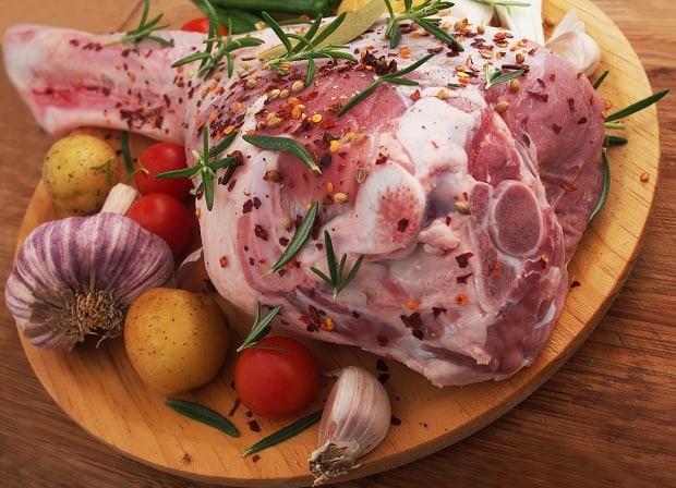 сырая баранина с чесноком, специями, зеленью, картофелем и помидором
