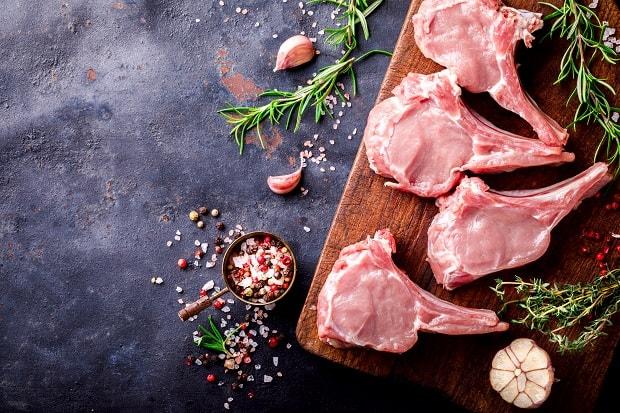 кусочки бараньего мяса с чесноком, специями и зеленью