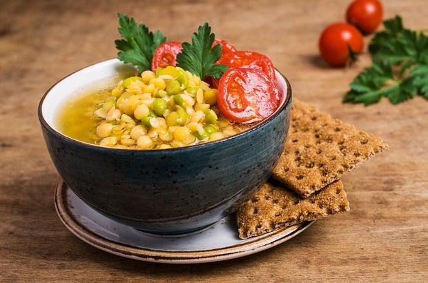 блюдо из желтой чечевицы с помидорами в тарелке