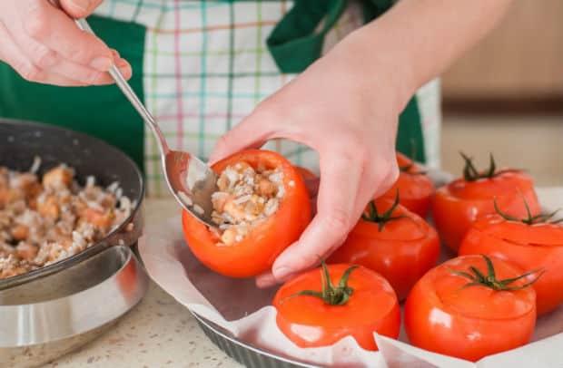 фаршированные помидоры с крышечками ф орме для запекания с пергаментной бумагой