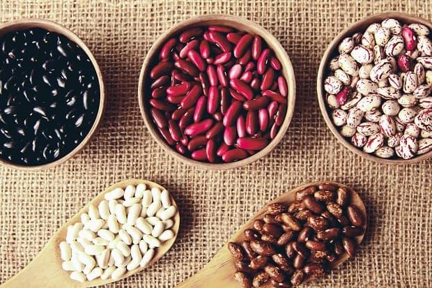 черная, красная, белая и коричневая фасоль