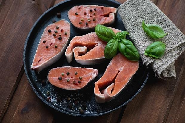 сырые стейки горбуши со специями
