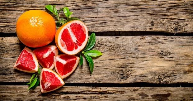 четвертинки грейпфрута с листиками