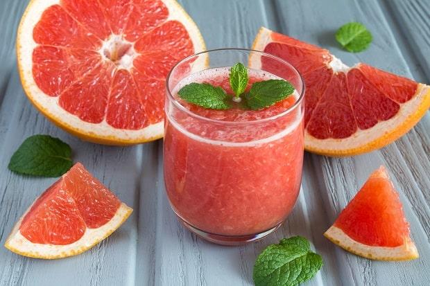 смузи из грейпфрута в стакане с листиками