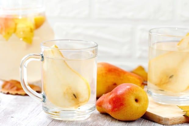 груши и грушевый сок в кружке
