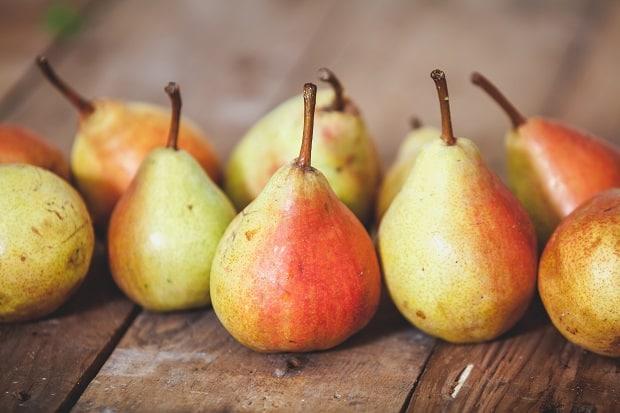 краснобокие груши с плодоножками
