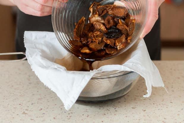 размоченные сушеные грибы в тарелке и миска с марлей