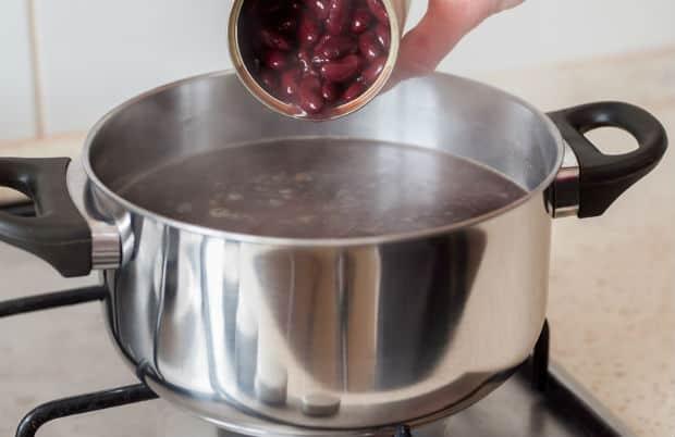 консервированная фасоль добавляется в кастрюлю с водой на плите