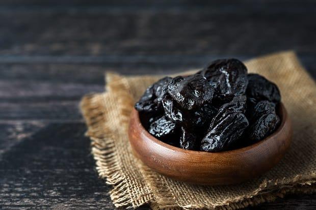 горка чернослива в деревянно пиале