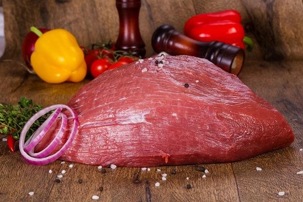 кусок свежей говядины с овощами и специями