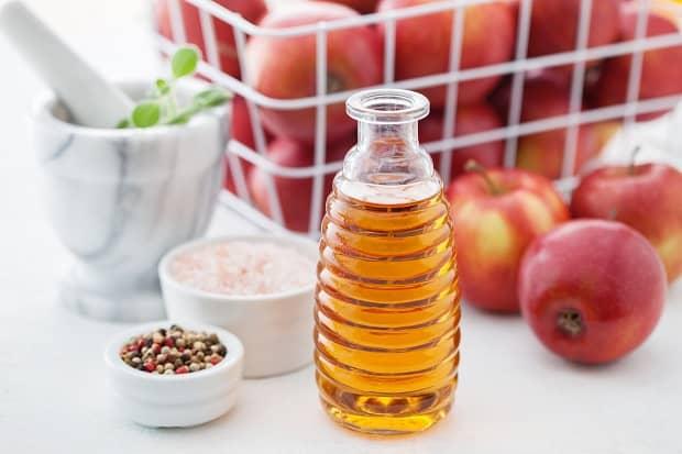 яблочный уксус, смесь перцев и яблоки в корзине
