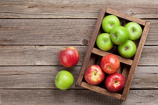 красные и зеленые яблоки в деревянном ящике