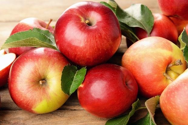 свежие красные яблоки с листвой
