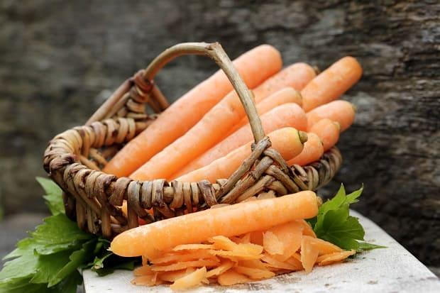 свежая морковь в плетеной корзинке