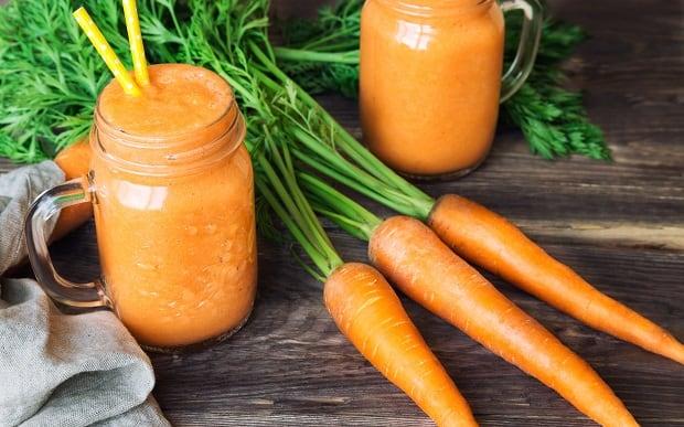 морковный сок и свежая морковь с ботвой