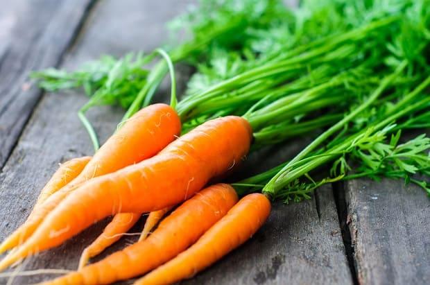 чистая морковка с ботвой