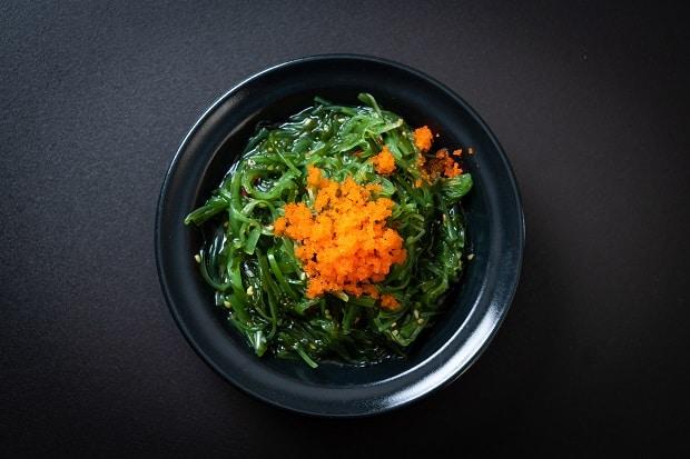 маринованная моркская капуста с морковью в тарелке