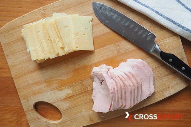 нарезаем сыр и ветчину для кордон блю