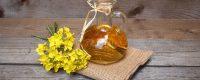 рыжиковое масло в графине, рядом букет желтых цветов
