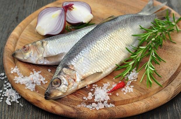 две селедки, половинки красного лука, ветка розмарина и крупная соль