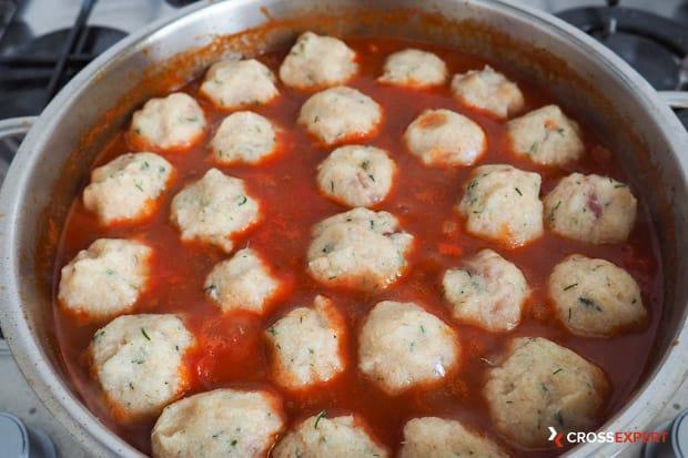 Достаньте тефтели и выложите их в сковороду с соусом